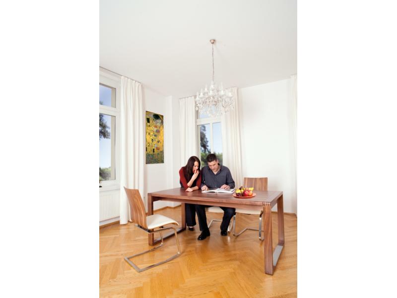 MOIZI 24 am Schreibtisch mit Personen <br>JPG | 2832 x 4256 px | 1,2 mb